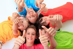 kids-giving-thumbs-up-13541644